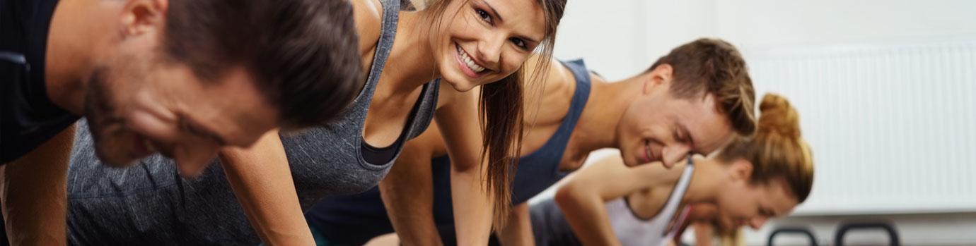 Gruppe junge Leute beim Fitnesskurs