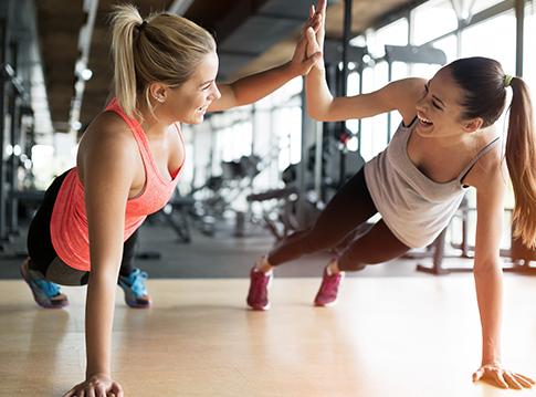 Zwie Frauen machen zusammen Sport