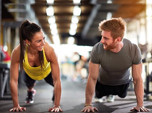Mann und Frau machen zusammen Sport