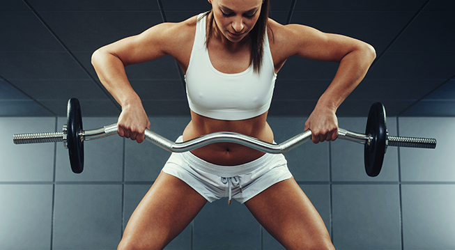 Frau beim Muskeltraining mit Hantel