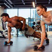 Mann und Frau bei gemeinsamen Training