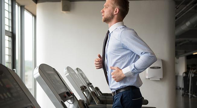 Mann mit Krawatte beim Sport