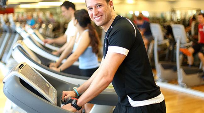 Mann beim Herz-Kreislauf Training
