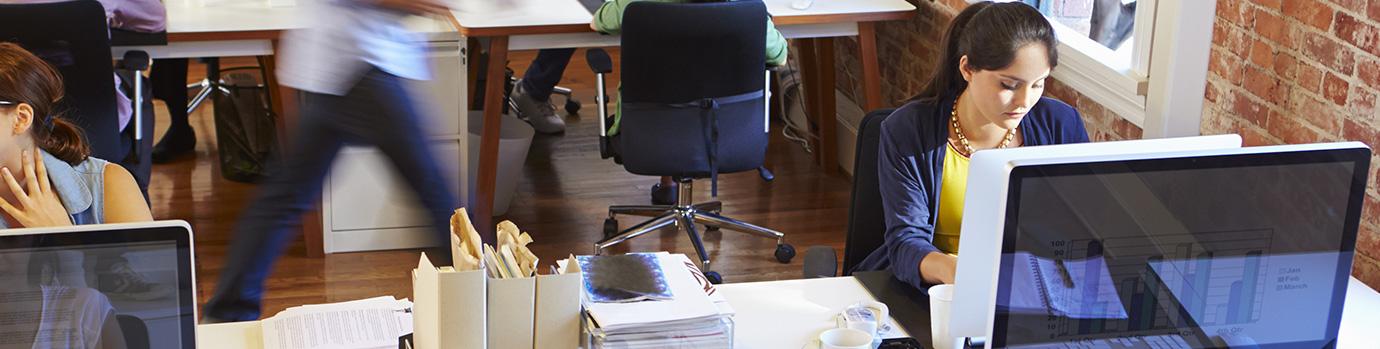 Büromitarbeiter am Arbeitsplatz