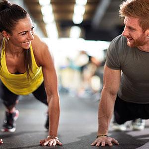 Mann und Frau beim gemeinsamen Training