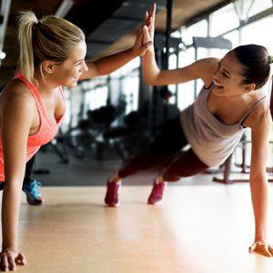 Zwei Frauen beim gemeinsamen Sport